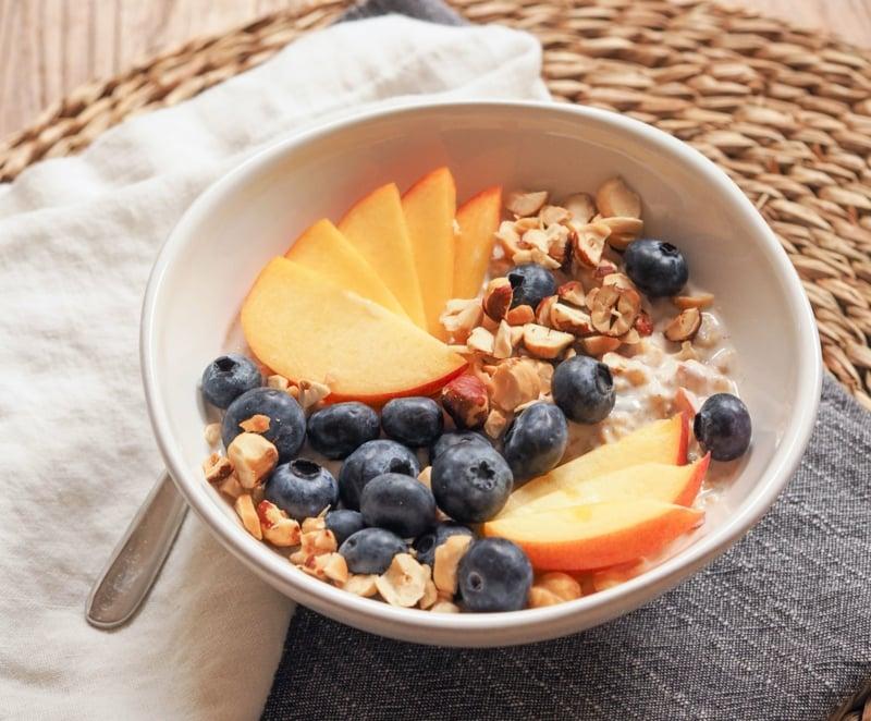 Müsli mit Früchten servieren