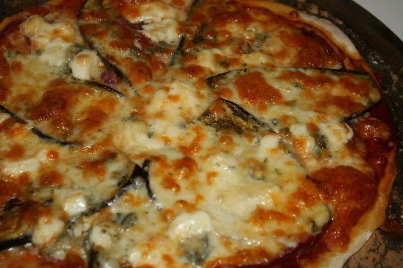 leckere Pizza mit Aubergine