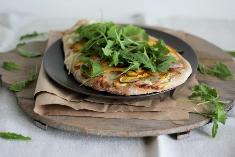 weiße Pizza mit Rucola