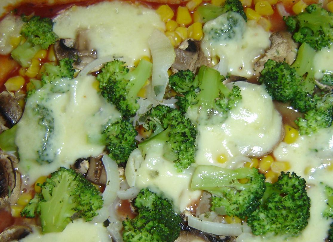 Pizza mit Gorgonzola und Brokkoli