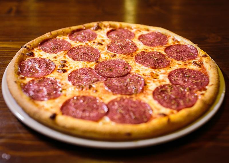 Pizza Salami und Käse