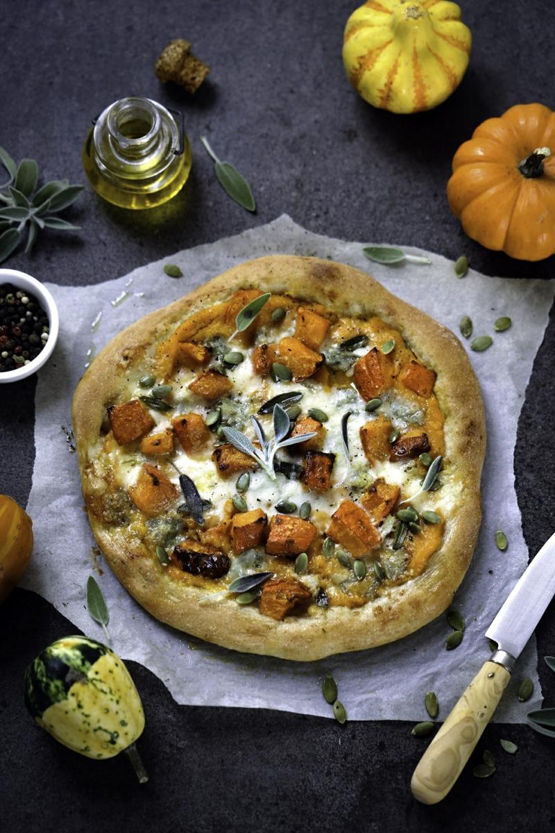 Pizza mit Gorgonzola und Kürbis
