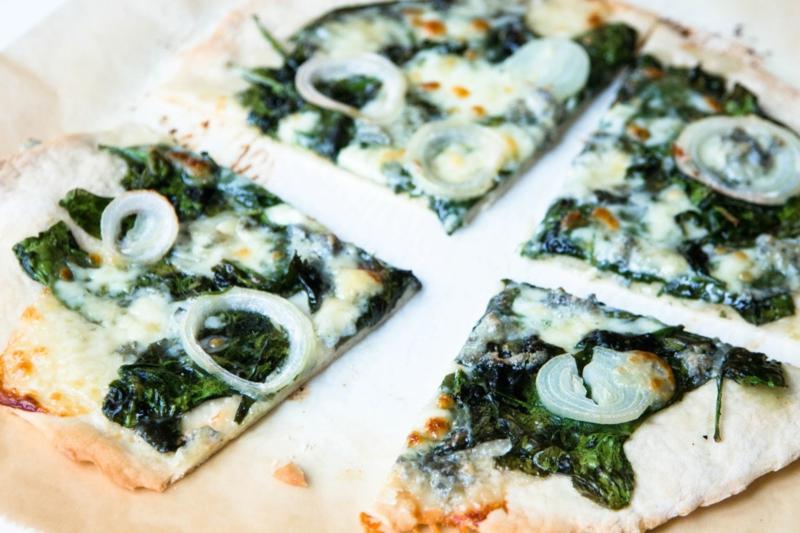 Pizza mit Gorgonzola und Spinat