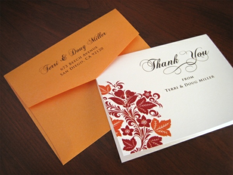weiße Einladungen gelber Briefumschlag