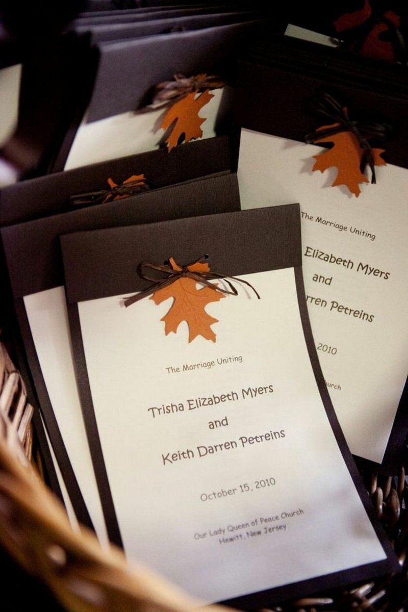 Hochzeit Einladungen gestalten Herbstblatt Hintergrund Schokobraun