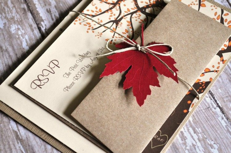 Hochzeit Einladungen gestalten rotes Herbstblatt