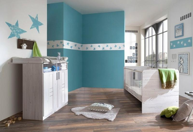 süßes Babyzimmer Bett Kommode