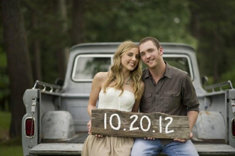 Datum Hochzeit auf Holzbrett geschrieben