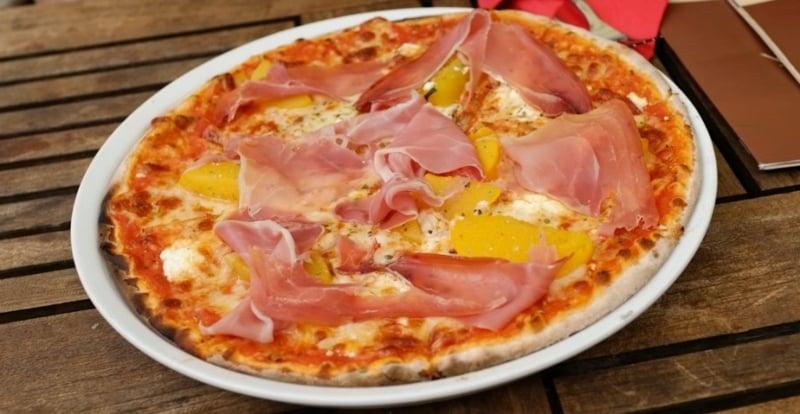 Pizza mit Schinken und Pfrsichen backen