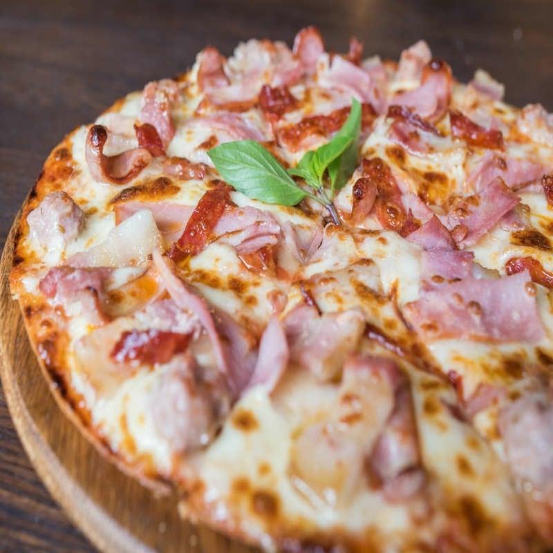 herzhafte Pizza mit Schinken
