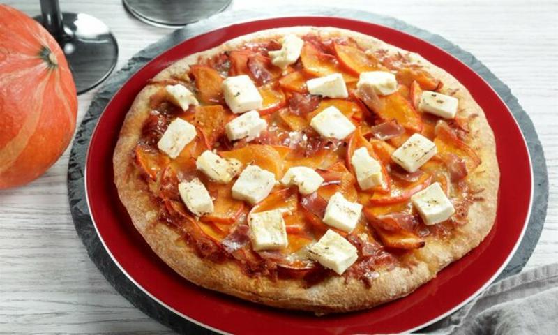 Pizza mit Schinken und Schafskäse