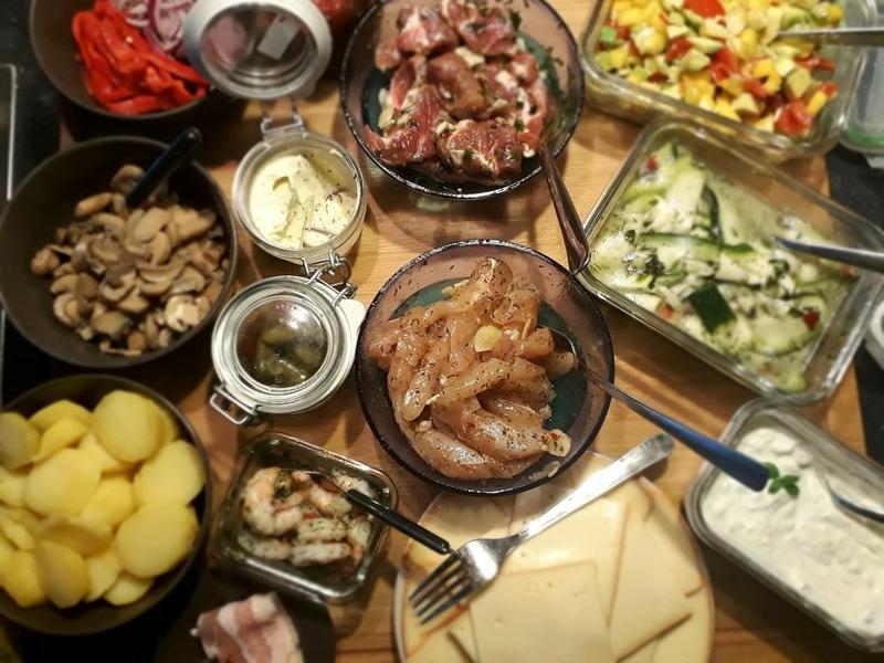 Raclette servieren mit Fleisch und Gemüse