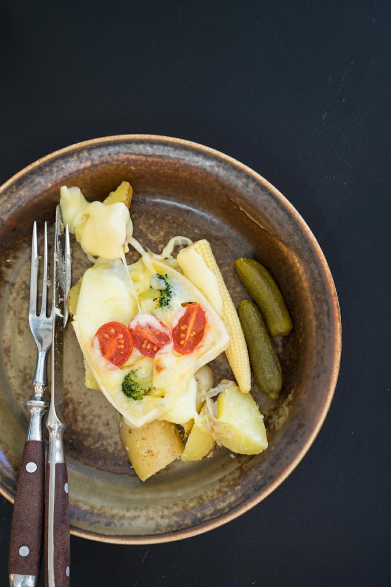 Raclette mit Tomaten und Gewürzgurken