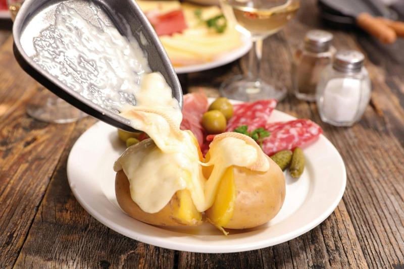 Schmelzkäse mit Pellkartoffeln servieren