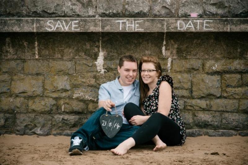Brautpaar das Hochzeitsdatum bekanntmachen