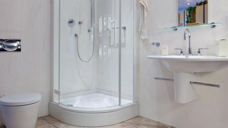moderne Duschkabine mit Hydromassagenfunktion