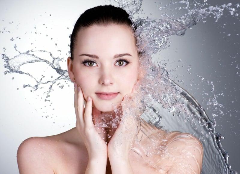 Gesichtstoner verwenden reine Haut