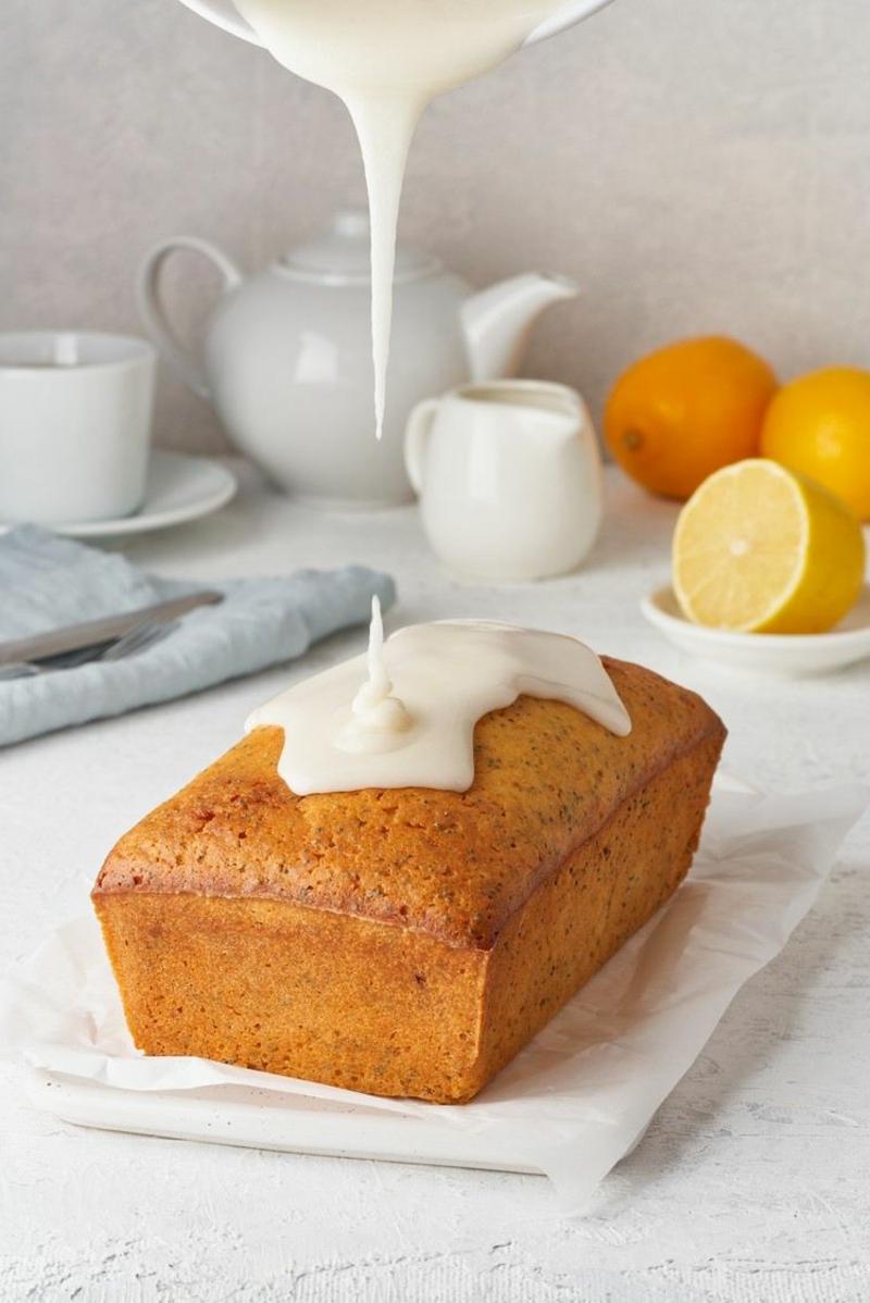 Kuchen bedecken mit Zuckerguss