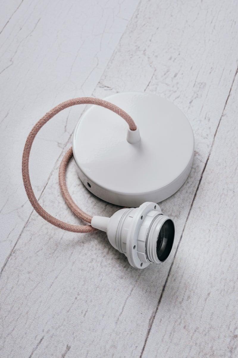 die Teile der Lampe miteinander verbinden