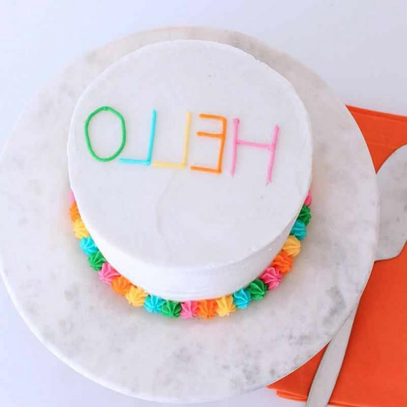 Torte mit Glasur bestreichen