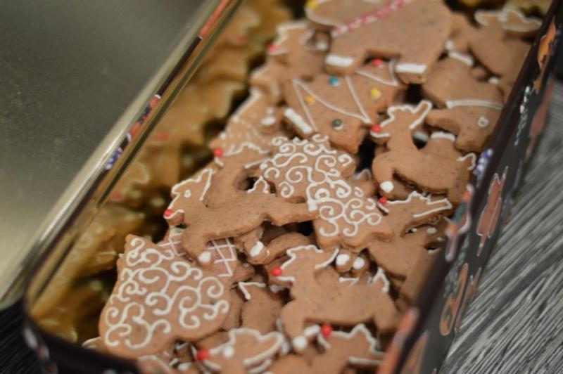Weihnachtsplätzchen dekorieren