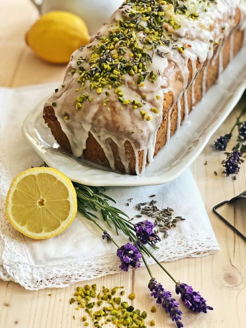 Zitronenkuchen mit Zuckerguss dekorieren