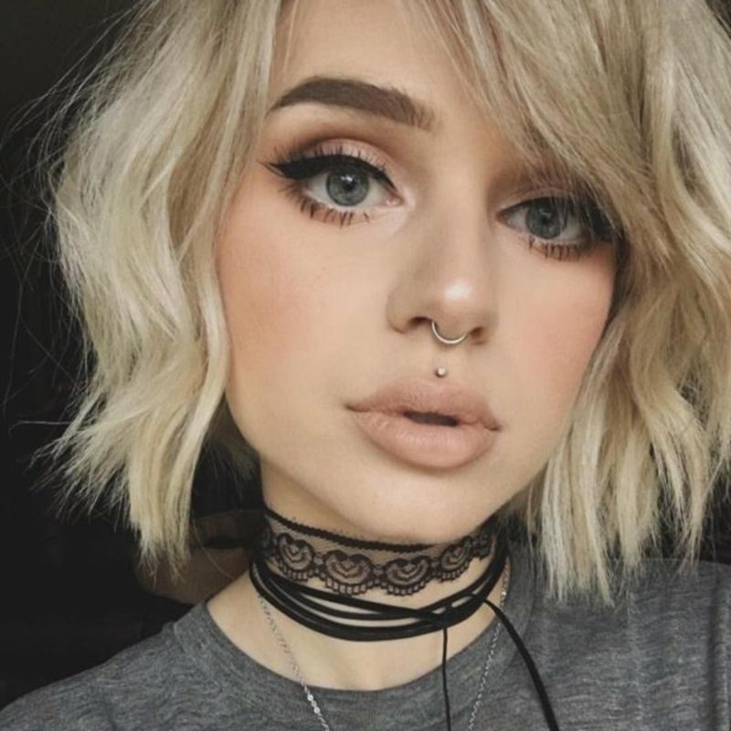 kurze blonde Haare Eyeliner Piercing