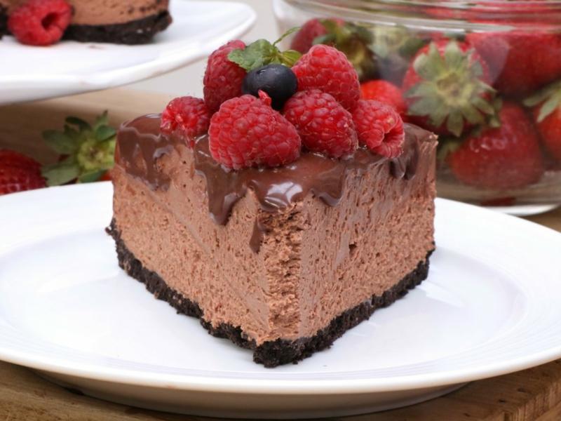 Schoko-Cheesecake servieren