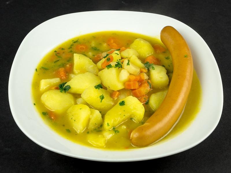 Kartoffelsuppe servieren