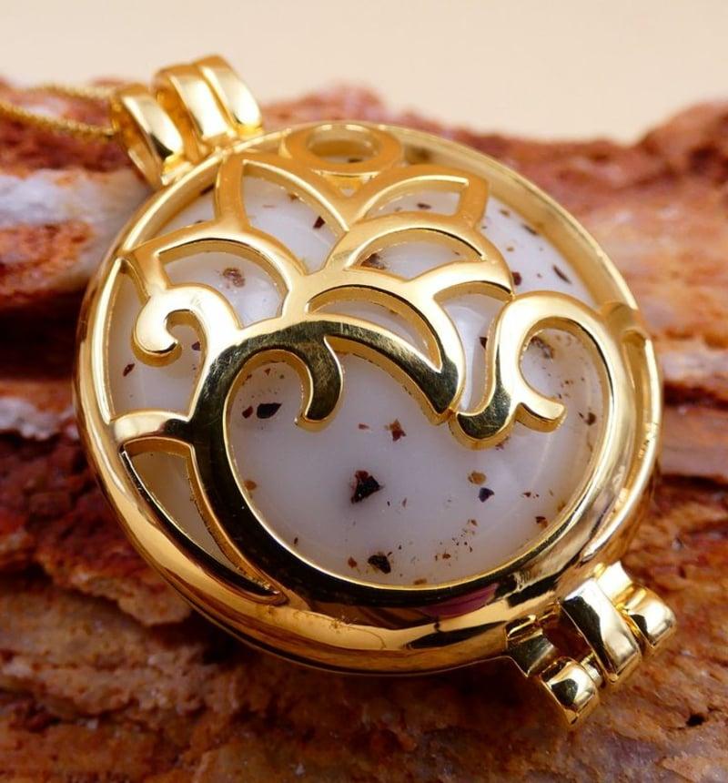 goldene Halskette mit Muttermilch elegant