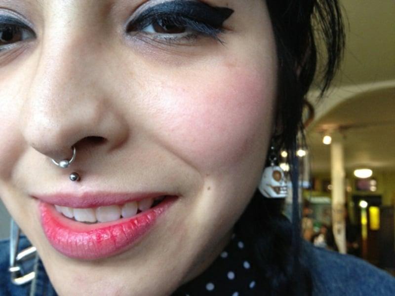 Ring an der Nase Piercing Oberlippe