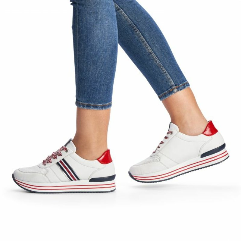Basic Kleidung Jeans mit Sneakers