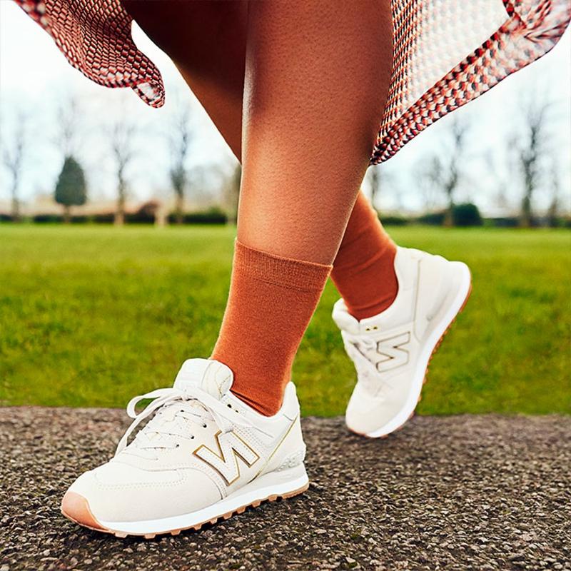 Sneakers tragen weiß Frau