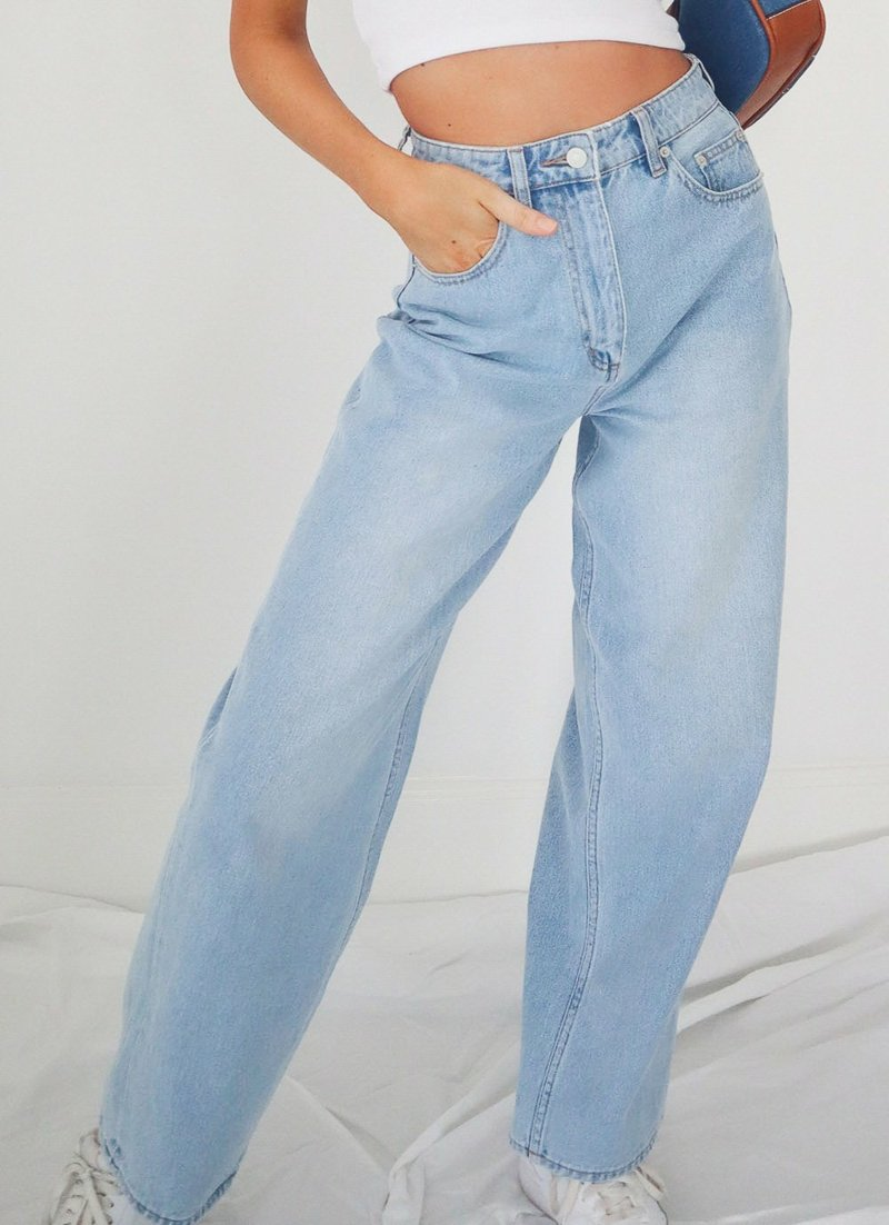 hellblaue Flared Jeans