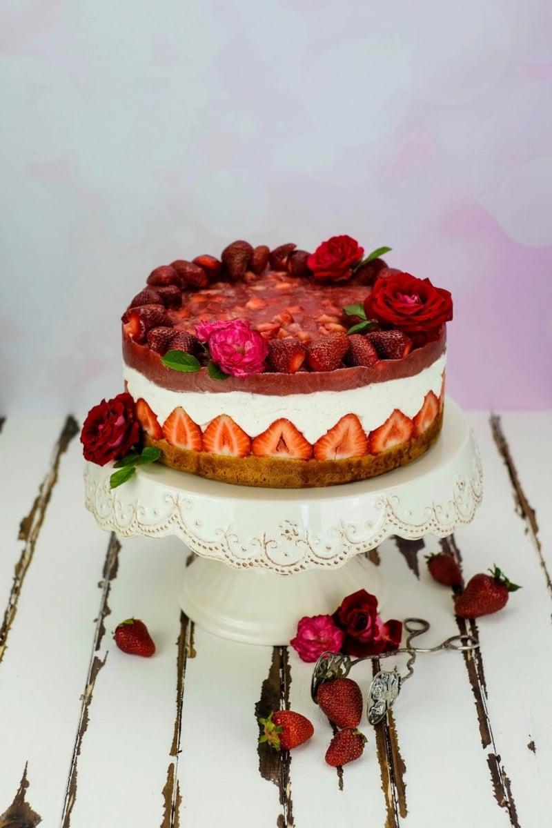 Cheesecake mit Erdbeergelee dekorieren