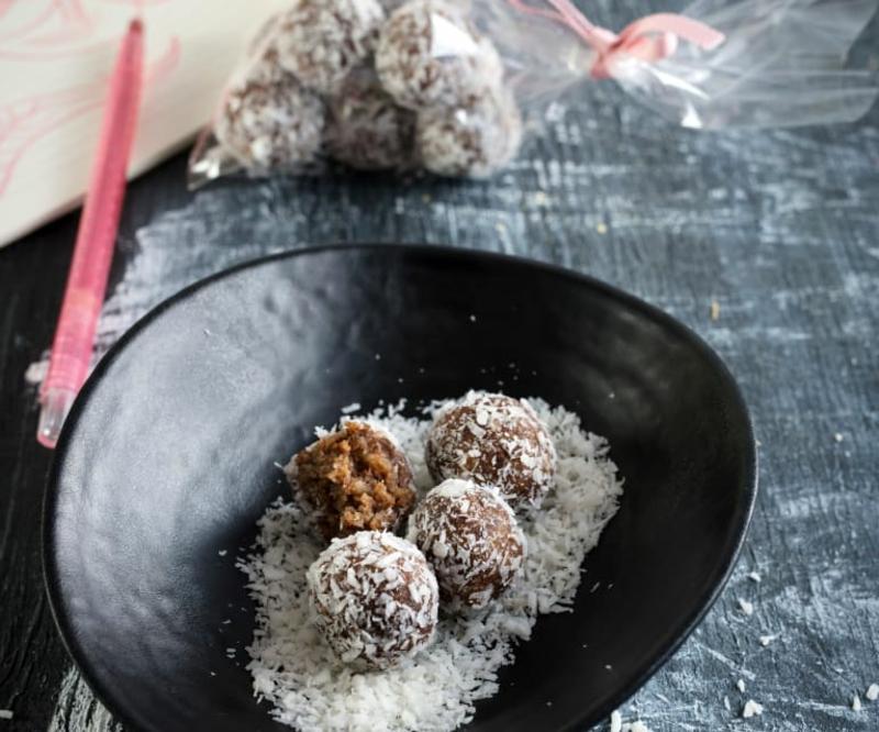 Energy Balls in Kokos wälzen