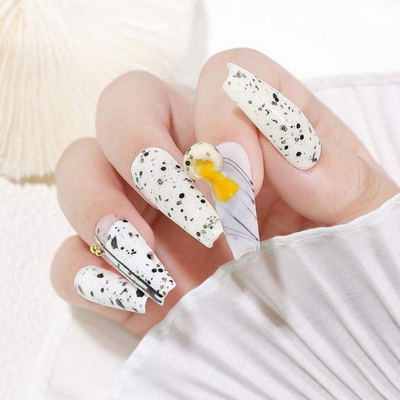 trendige Eggshell Nails lang