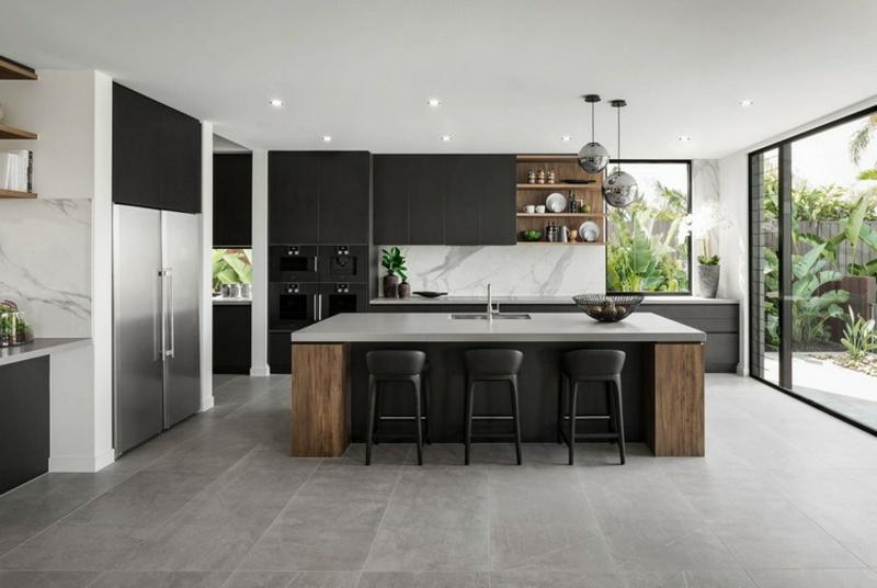 breite Küche mit Bartheke moderner Look