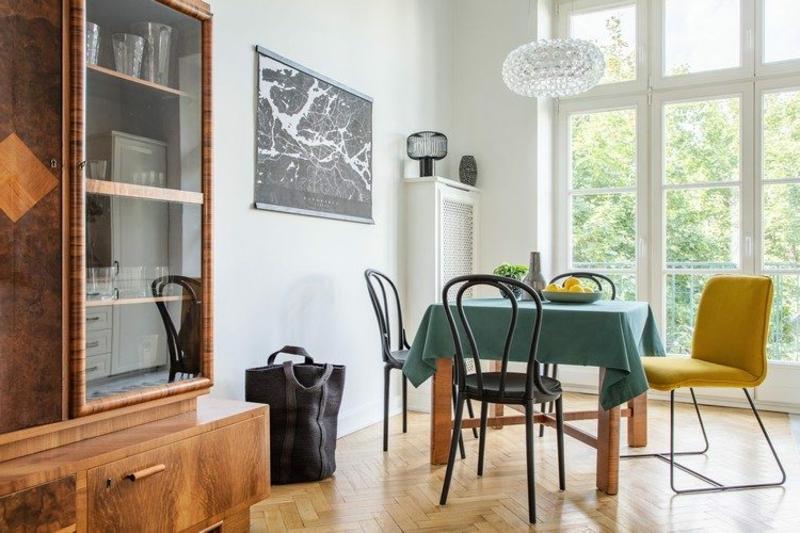 stilvolles Esszimmer Vintage Stühle Holzkommode