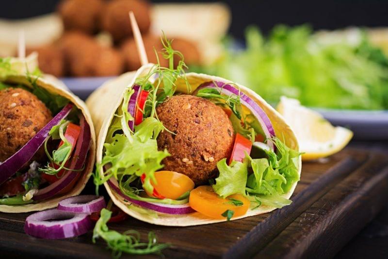 Protein Wraps füllen mit Falafel