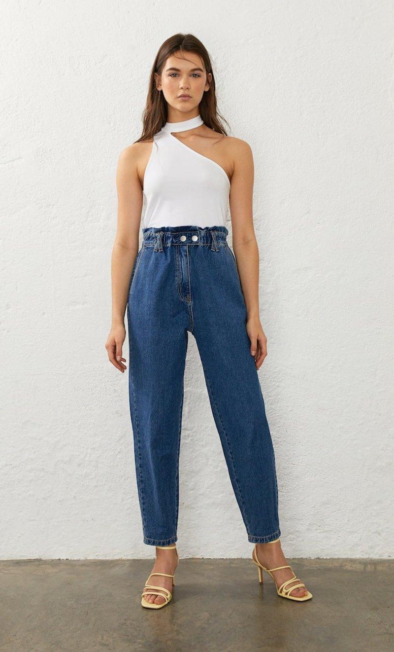 Jeans Outfit modern weißer Oberteil