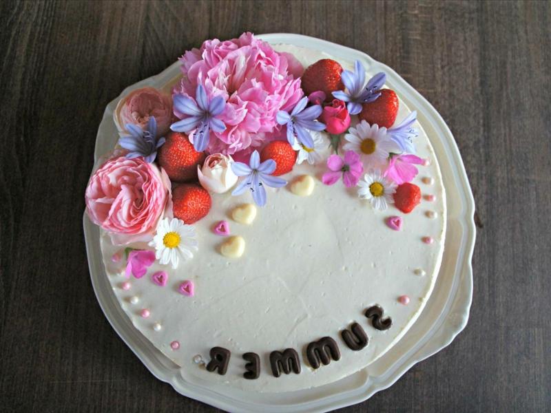 Torte dekorieren Blumen Beeren