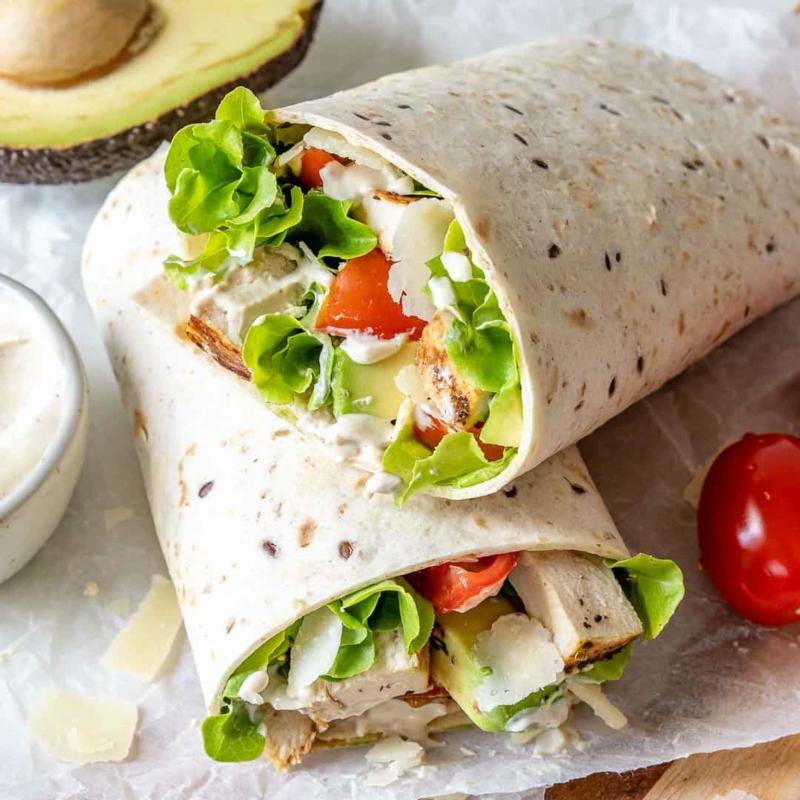 proteinreiche Wraps mit Salat füllen