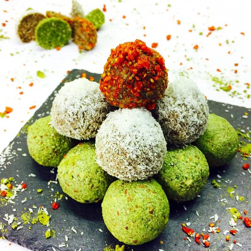 leckere Energy Balls mit Matcha und Kokos