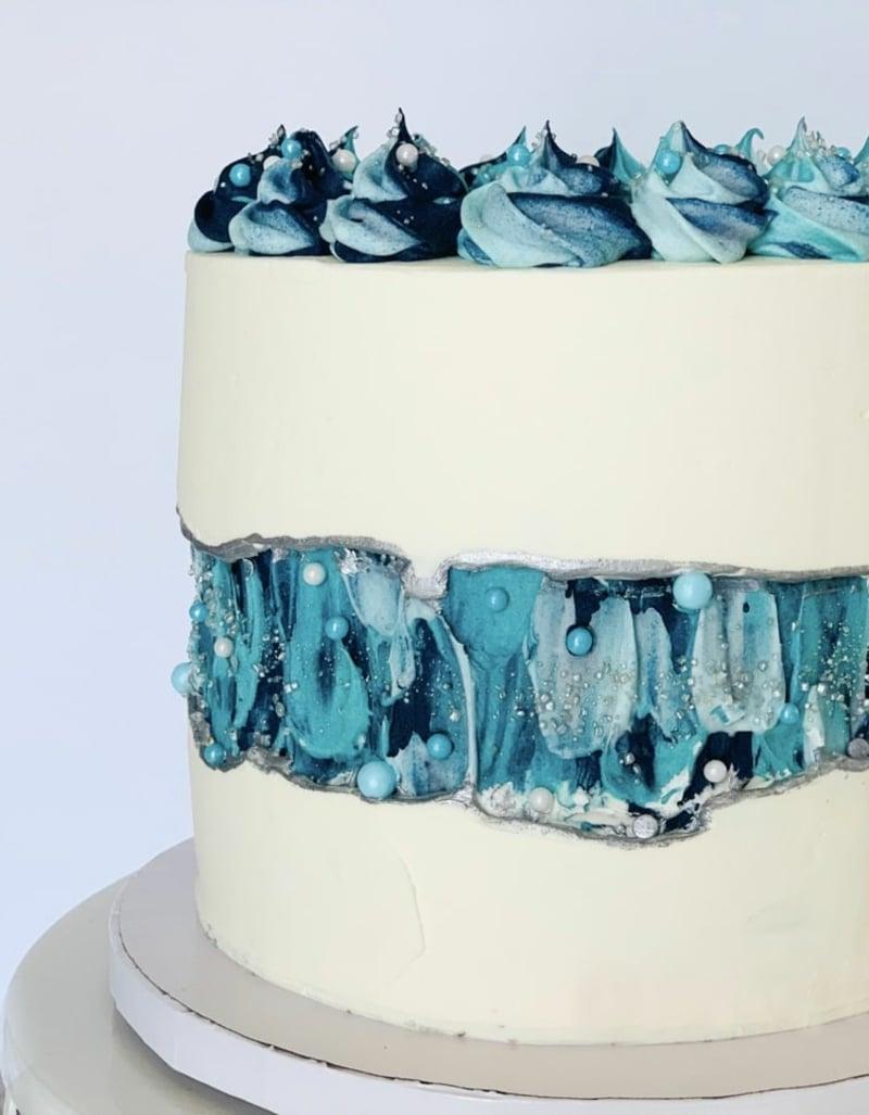 Torte in Weiß und Blau kleines Kunstwerk