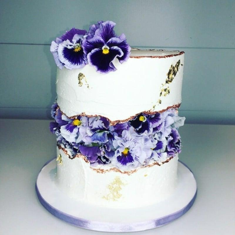 Torte mit echten Blumen verzieren
