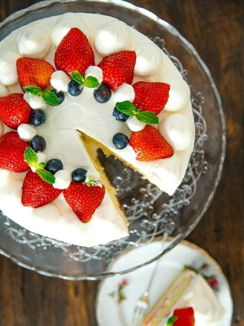 Torte mit Sahnecreme und Beeren