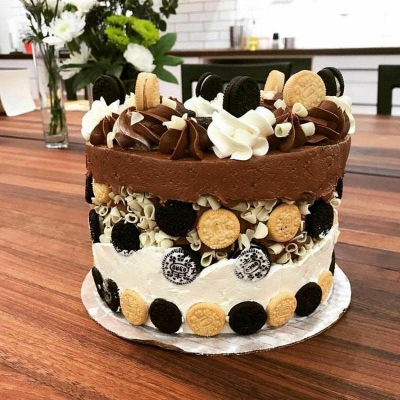 Torte mit hellen und dunklen Keksen