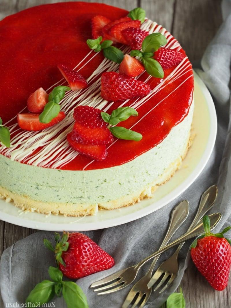 Cheesecake mit Erdbeerpüree und weißer Schokolade