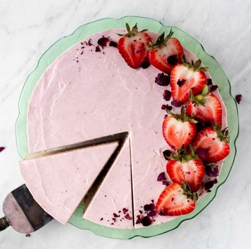leckere Torte mit Erdbeerhälften